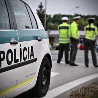 Opitý vodič s autom vybehol na deliaci ostrovček kruhového objazdu v Leviciach