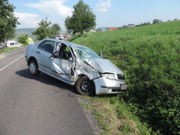 Za Kozárovcami vodička nezvládla riadenie a narazila do stromu